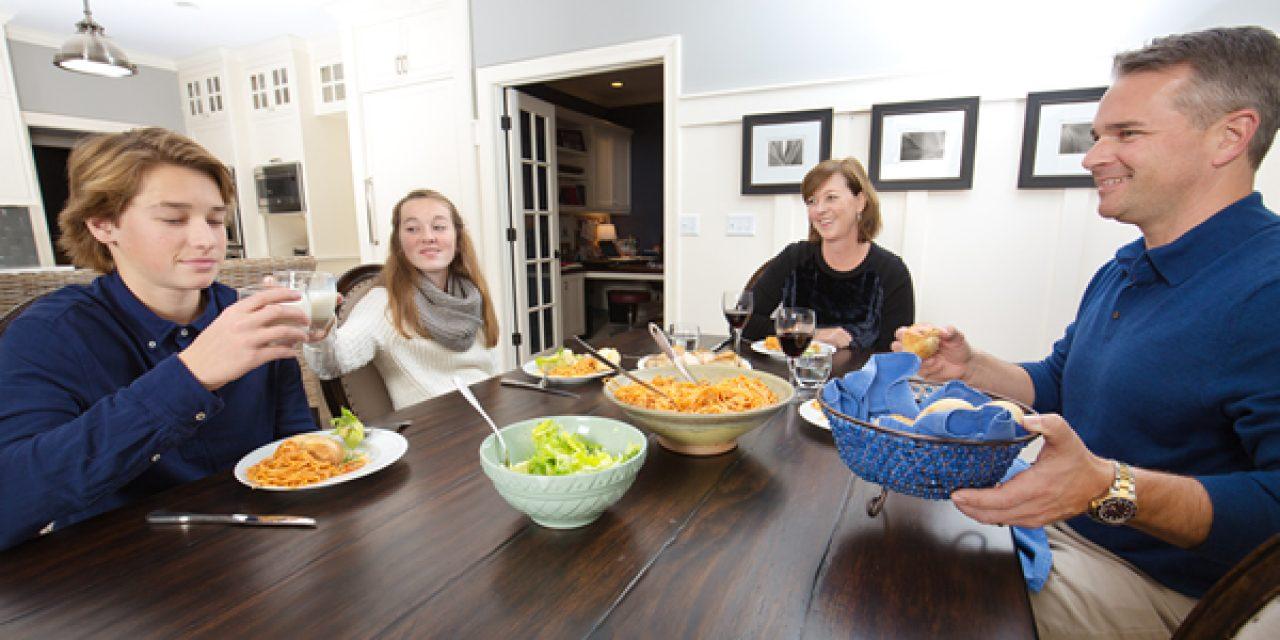 Adolescenti. Mangiare in famiglia riduce i comportamenti a rischio